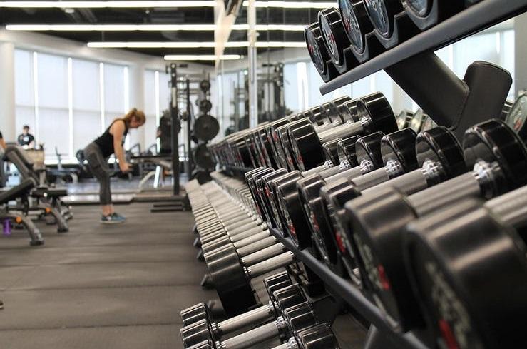 Barras vs Mancuernas: ¿Cuáles es mejor para tu entrenamiento?